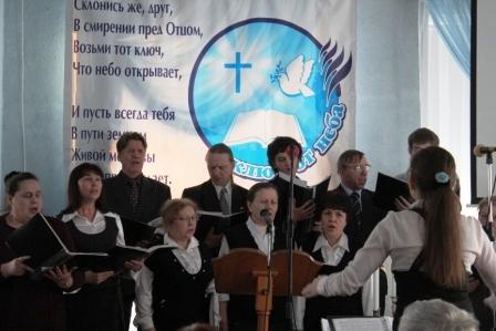 У нас есть и хор, и вокальные группы, и солисты, которые сопровождают богослужение в церкви, прославляя пением нашего Великого Бога.