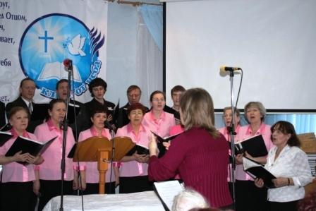 Церковный хор всегда сопровождает богослужение в церкви.